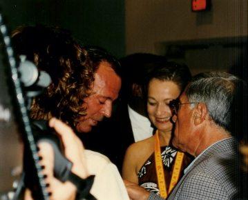 Enrique Garea, quien fuera el manager de Julio Iglesias durante sus primeros 12 años de carrera, Editor de Antena 3, España, le presenta a Julio Iglesias a María Juliana.