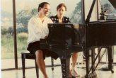 """María Juliana trabajando la canción """"Encuentro""""con el compositor Carli Muñoz (quien fuera pianista de el grupo los """"Beach Boys"""" por más de diez años) en la casa de Muñoz en Puerto Rico."""