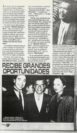 """Maria Juliana posa con el Presidente Menem y el cantante Ricardo Puente durante la visita de ambos a Argentina luego de ganar con la canción """"Vive Hoy"""" el III Festival Iberoamericano de la Canción en 1993."""