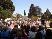 Poetas y estudiantes reunidos en la Plaza San Martín en San Pedro