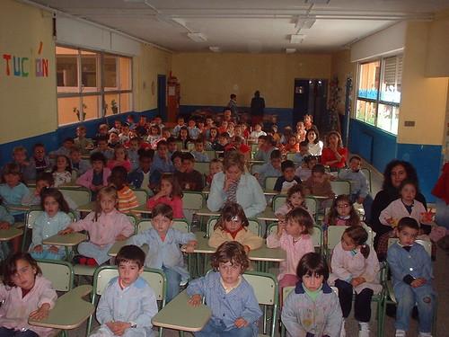 """El aula estaba repleta de estudiantes que atentamente escucharon a Maria Juliana contarles sobre """"Aurora y Sus Viajes Intergalácticos"""""""