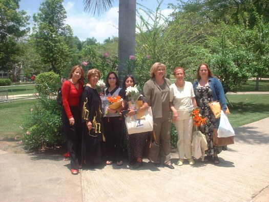 En la foto de la derecha María Juliana, Loreina Santos Silva, Elizabeth Altamirano, Gloria Mendoza Borda, Carmen Amaralis Vega, Angélica Gorodischer y Mairym Cruz Bernall