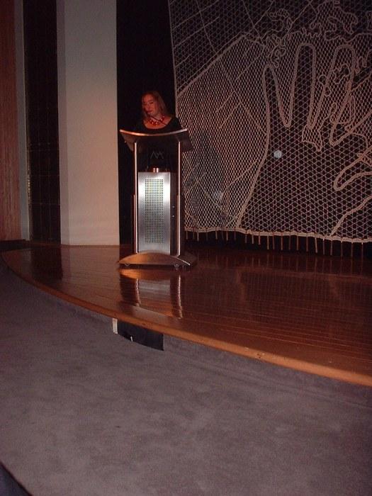 Mairym Cruz da la bienvenida a todas las participantes del Encuento en el Teatro Raúl Juliá, en el Museo de Arte. Se inició con un recital de las poesías de Clara Lair y Julia de Burgos.