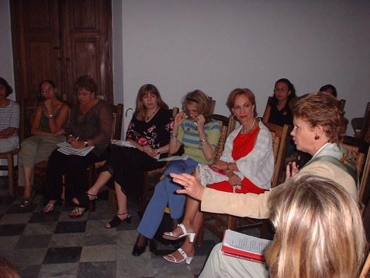 Las escritoras Angela López Borrero, Carmen Vega, Johanny Vázquez, Bella Clara Ventura, Laura Hérnandez, entre todas las escritoras reunidas escuchan a la escritora Aída Marcuse de Uruguay.