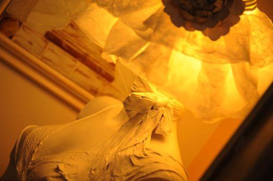 Particolare del lume da terra con cappello in carta