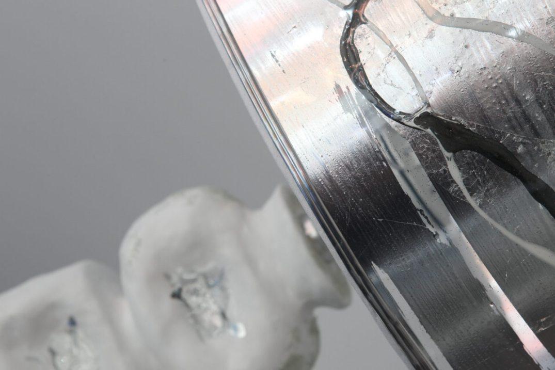 Lume in ceramica con rifiniture e paralume in resina e foglia argento