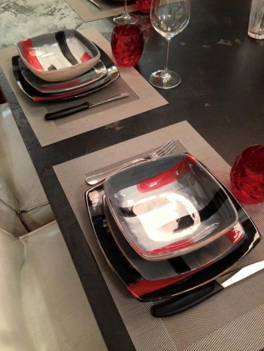A questo servizio dai toni nero grigio e rosso ho abbinato il bicchiere Venezia di Mario Luca Giusti
