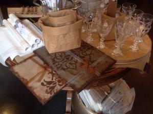 I sottopiatti rettangolari nei toni del marrone sono perfetti per apparecchiare la tavola con i saccotti food in cellulosa di essent'ial