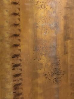 Nei particolari il marrone emerge con delle patinature lievi di cera oro