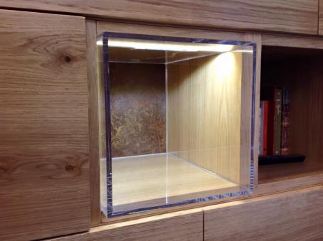 Vani che contengono strutture in plexiglas illuminato per contenere oggetti d'arredo