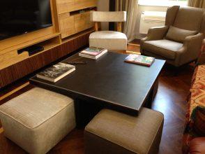 Anche le sedute di questo tavolino, quattro piccoli pouf,sono state trasformate con la stessa tappezzeria delle poltrone