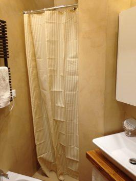 rivestimento in resina bagno toni neutri box doccia lavandino, armadietto contenitore