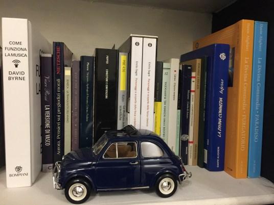 Il fascino della 500 FIAT in un modellino per arredare il piano di una libreria