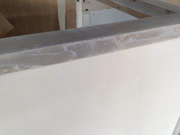 Particolare del top della cucina effetto pietra nella parte verticale