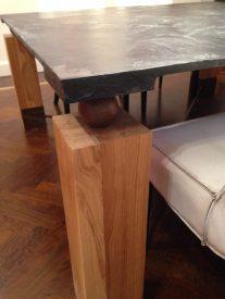Le sfere di ferro tra il piano e le gambe per creare un disegno e donare leggerezza alla struttura