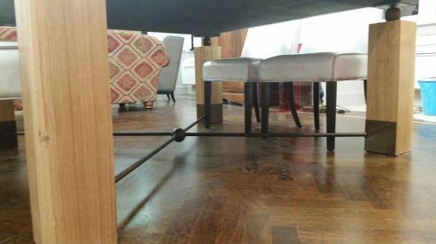 Due aste in ferro battuto danno stabilità al tavolo
