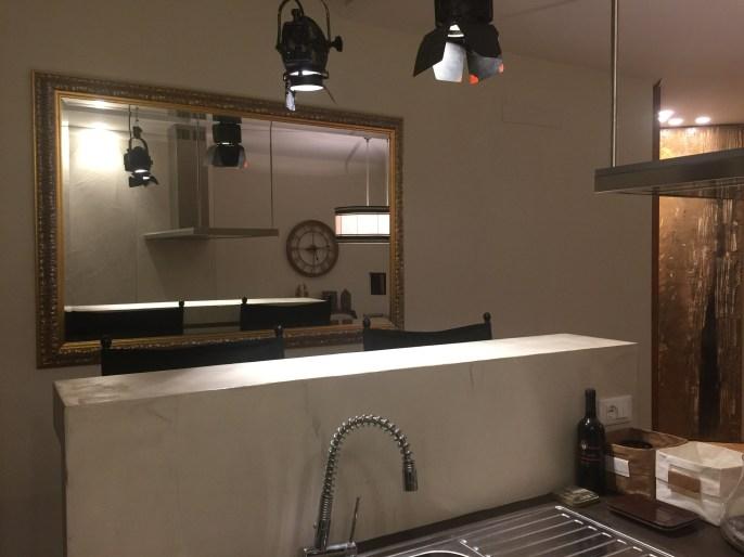 Cera argento per lo specchiera di una cucina