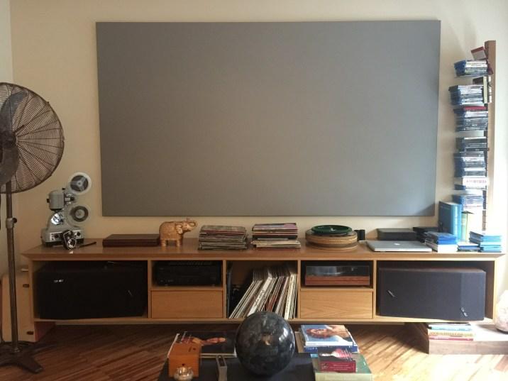 Un grande schermo grigio sostituisce la TV