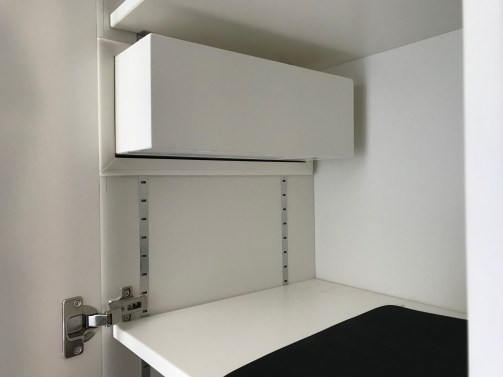 Una scatola all'interno dell'armadio per contenere il decoder