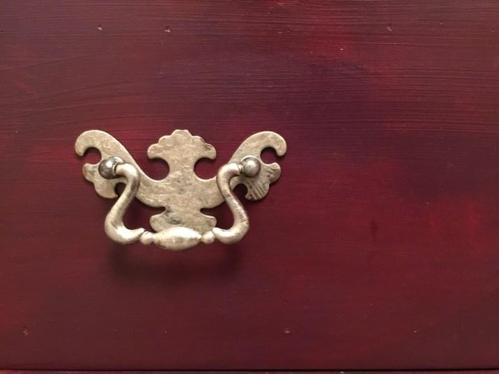 Cera argento per le maniglie di un mobile color prugna