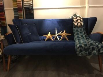 Velluto blu per questo divano