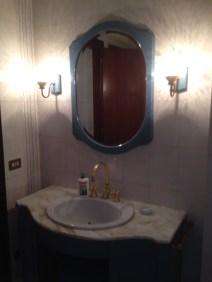 Il colore della cornice dello specchio e del mobile del bagno hanno deciso la scelta dei toni della resina