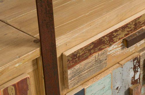 Particolare libreria con ferro e legno rigenerato