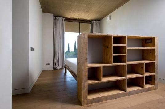 La testiera del letto diventa una libreria