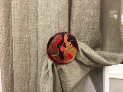 Fermatenda in resina rosso oro nero argento con inclusioni argento con calamita