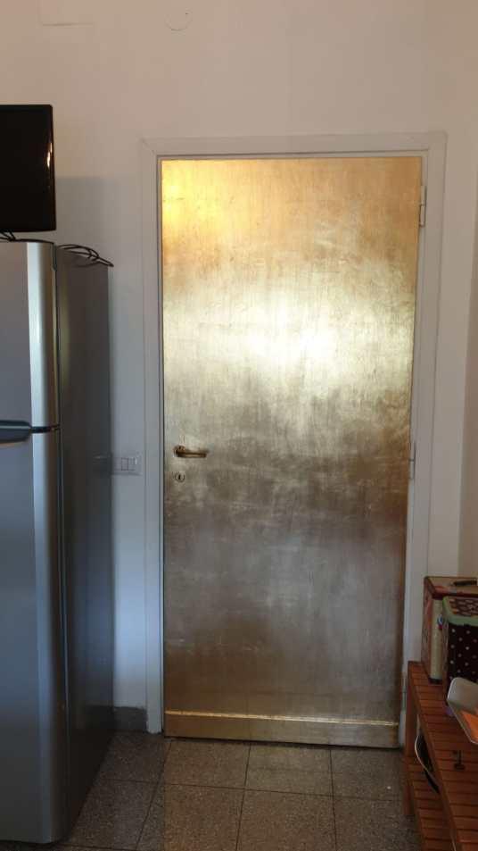 La porta rivestita in foglia metallica oro