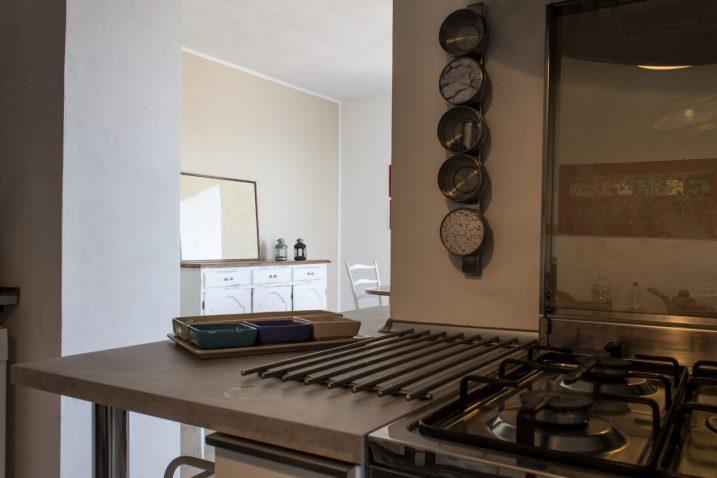 La cucina ha subito una trasformazione un passaggio è stato creato per accedere alla zona pranzo, una stanza creata recentemente