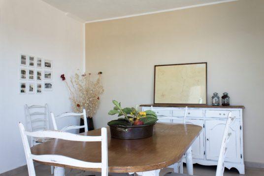 Il mobile che prima era nel soggiorno come il tavolo è stato spostato nella zona pranzo, sabbia è stato il colore che abbiamo scelto per la parete.