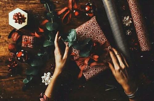 Envolver regalos navideños