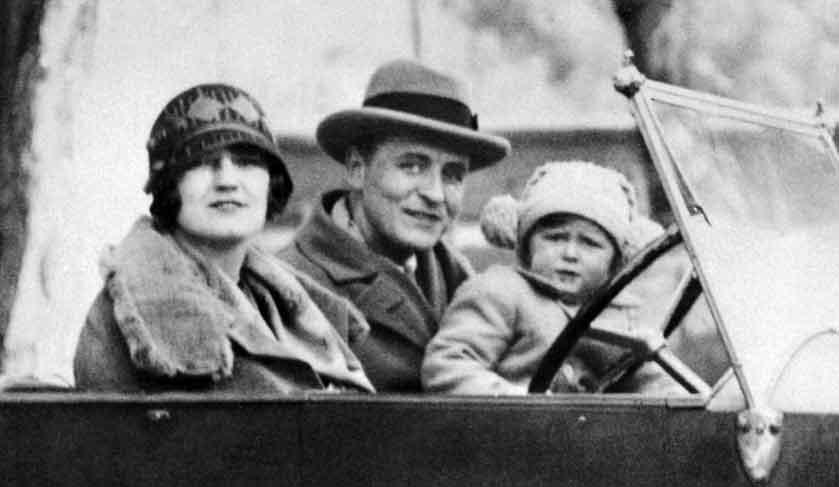 El escritor Scott Fitzgerald, con su mujer y su hija