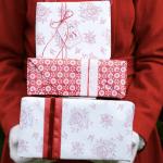 Innpakking av gaver til henne i rosa og rødt