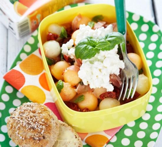 Sunn-oppskrift-på-melon-og-skinkesalat