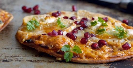 Kjapp-oppskrift-på-pizza-med-chevre-honning-og-granateple