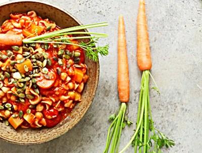 Økologisk og vegetarisk pasta med grønnsaker og kikerter