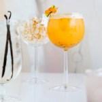 Et glass med flytende solstråler