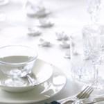 Et klassisk bord i hvitt – med små innslag av rødt og blått