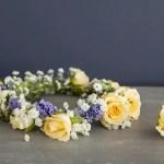 Lag en enkel blomsterkrans til håret av friske blomster