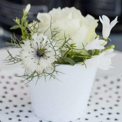 Blomsterdekorasjoner i sort og hvitt til festbordet