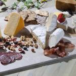 Velg riktig vin til riktig ost – vintips til ostefatet