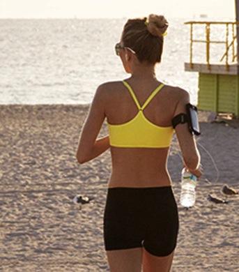 dra-pa-løpetur-trening-i-ferien-pierre-robert-sport-summer-trenings-bh-og-hotpants