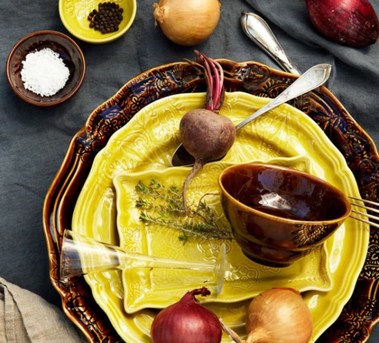 BORDDEKKING - Høstens fineste festbord er dekket med rotgrønnsaker. ©FOTO: Sthål