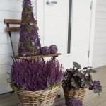 Lekre blomsterdekorasjoner i lilla til inngangspartiet