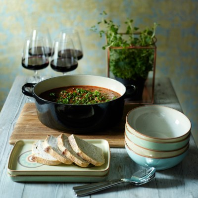 Høstbord med røff keramikk, tre og urter