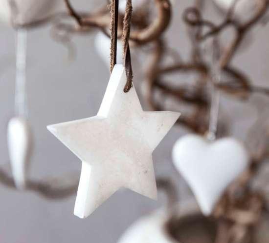 002 INTERIØRTIPS - JULEDEKORASJONER Trollhassel med julekuler FOTO Mester Grønn.jpg