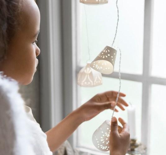 002 INTERIØRTIPS - JULEDEKORASJONER julen 2015 - Hvite lysslynger Foto IKEA