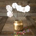 Lag konfetti, masker og serviettringer til nyttårsbordet